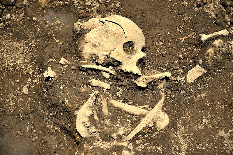 Imagen de uno de los enterramientos descubiertos en la misma zona que los sahumadores. (Fotografía: Mauricio Marat/INAH)