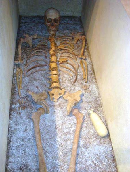 Esqueleto del antiguo atleta hallado en Tarento. A la altura de su mano izquierda se puede observar el frasco de ungüento. (repubblica.it)