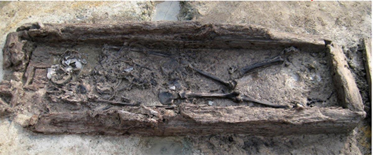 El esqueleto de la mujer aún en el interior del mokgwakmyo. Fotografía: Lee et al., publicada bajo una Licencia Creative Commons.