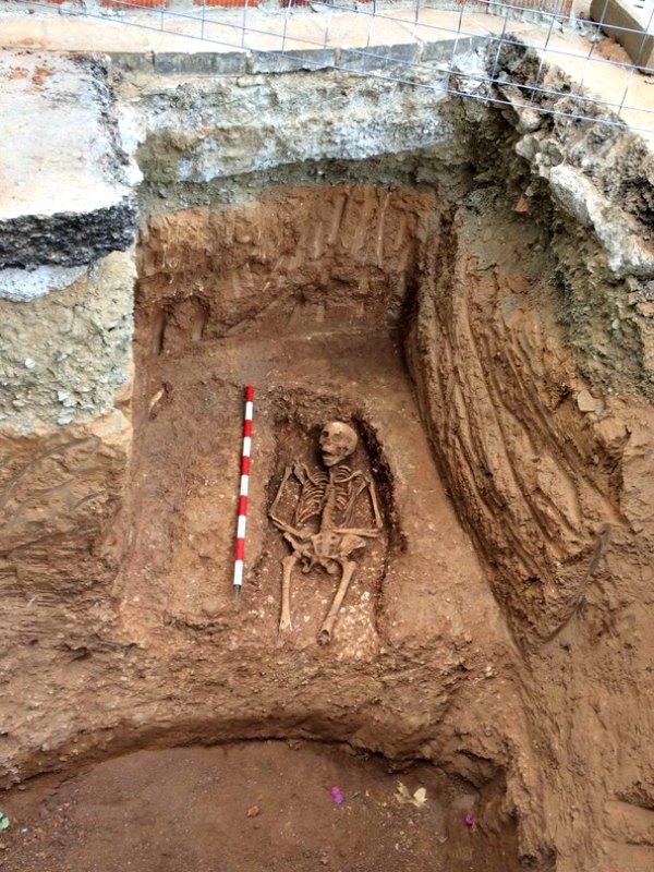 Imagen de la primera fosa totalmente desenterrada. (Fotografía: El Periódico/Servicios Arqueología Barcelona)