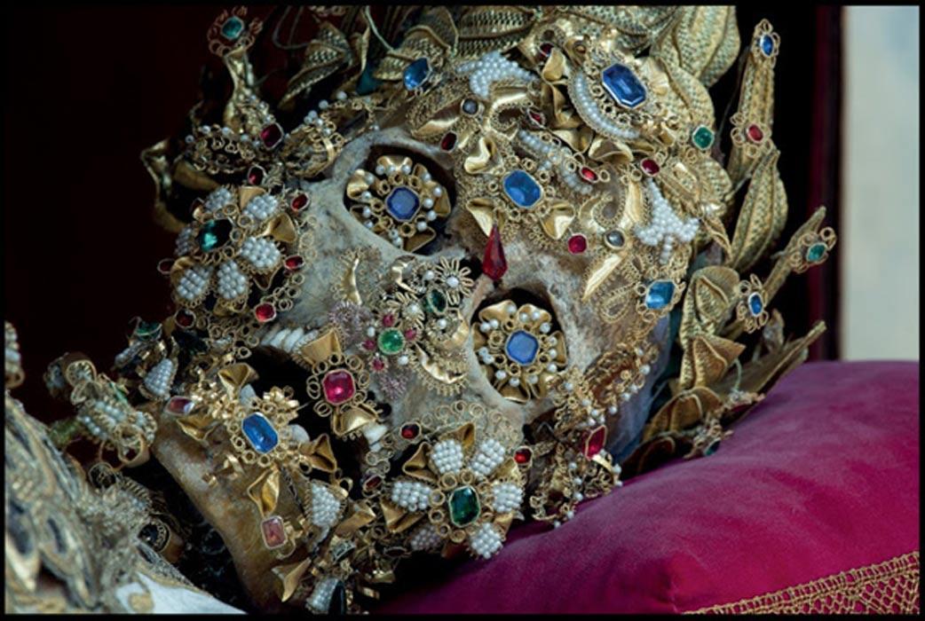 Esqueleto de un supuesto mártir hallado en las catacumbas de Via Salaria, cubierto de joyas. (historiesofthingstocome.blogspot.com)
