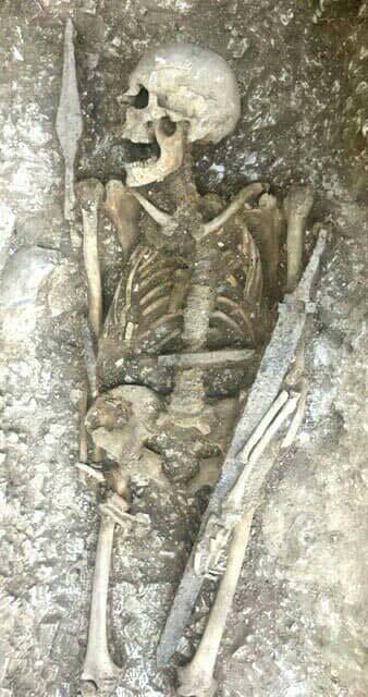 Un esqueleto con sus armas bien conservadas fue desenterrado en el antiguo cementerio sajón el último día de las excavaciones. (Operation Nightingale)