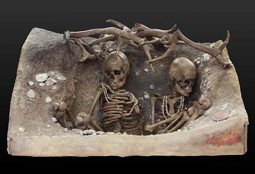 Esqueletos femeninos de una época similar (6740 a. C. – 5680 a. C.) hallados en la isla de Téviec, Bretaña, Francia. (CC BY-SA 2.0)