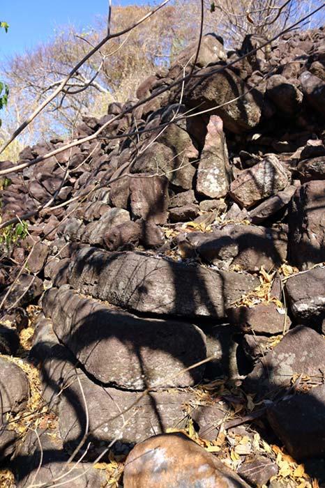 Esquina de una estructura construida con grandes bloques megalíticos de piedra en las ruinas de Huaxtla. La inclinación y las esquinas redondeadas de los muros recuerdan a las estructuras megalíticas de Perú. Obsérvese el uso de piedras más pequeñas para el relleno y las partes superiores de las paredes, lo que tal vez sea indicativo de dos fases diferentes de construcción. (Marco Vigato)
