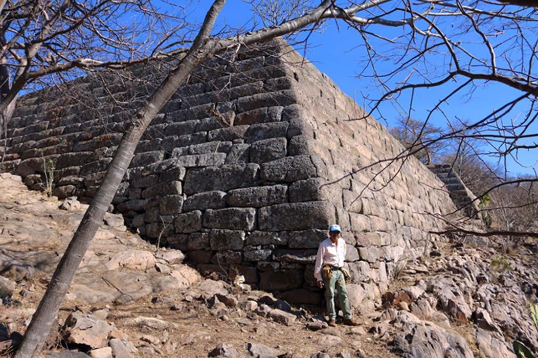 Esquina de los muros de la plataforma inferior de Chimalacatlán, conservada hasta una altura de casi 8 metros (Marco Vigato)