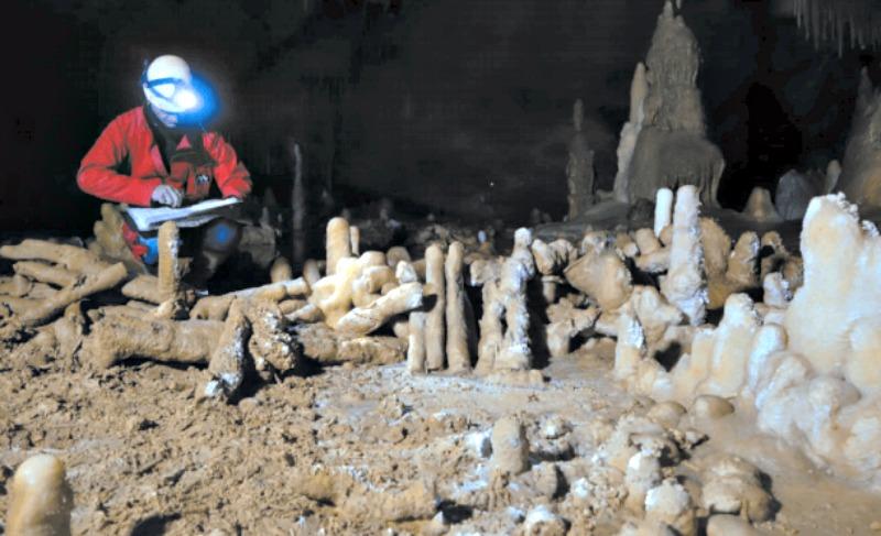Miembro del equipo científico junto a algunas de las estalagmitas cortadas por los neandertales. (Fotografía: Hipertextual.com/Nature/Jacques Jaubert)