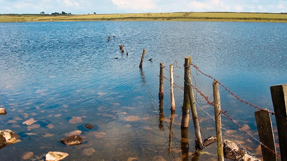 Estanque Dozmary, Bodmin, Cornualles. Según la leyenda, fue aquí donde el rey Arturo remó hasta la Dama del Lago y recibió la espada Excálibur. (CC BY 2.0)