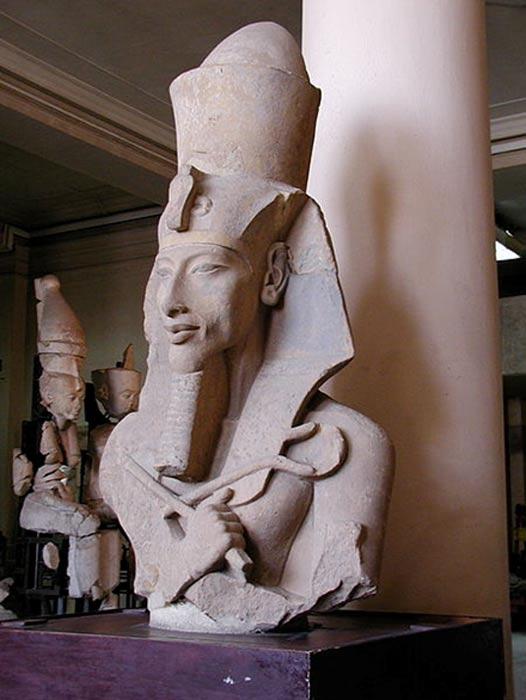 Colosal estatua de Akenatón, del Templo de Atón que se encuentra en Karnak. Museo Egipcio de El Cairo. (Gérard Ducher/CC BY SA 2.5)
