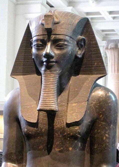 Colosal estatua de Amenhotep III expuesta en el Museo Británico. (Public Domain)