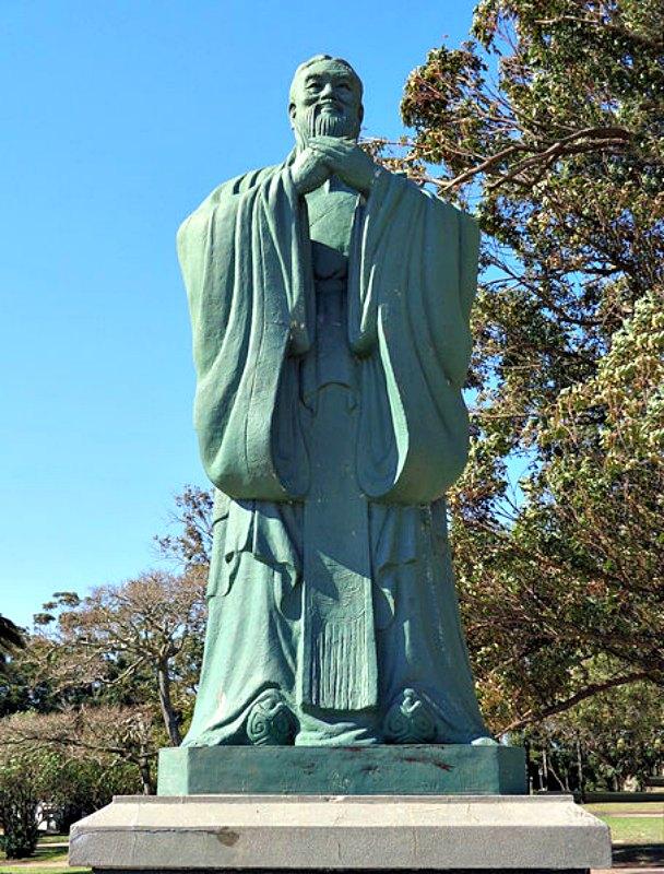 Los historiadores registraban todas las palabras y actos del emperador. Así, los diferentes comportamientos de los emperadores chinos fueron juzgados por clásicos como Confucio. En la imagen, estatua de Confucio erigida en Montevideo, Uruguay. (Monte San Savino/CC BY-SA 3.0)