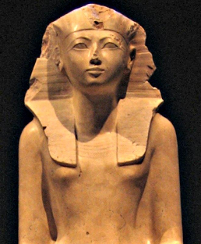 Detalle de escultura de Hatshepsut, dinastía XVIII del antiguo Egipto, c. 1473 a. C. – 1458 a. C. Caliza endurecida, Museo Metropolitano de Arte, Nueva York. (Postdlf/GNU Free)