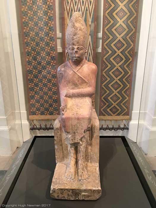 Estatua de Khasekhemui hecha de piedra caliza y expuesta en el Museo Ashmolean de Oxford. Fotografía: Hugh Newman.
