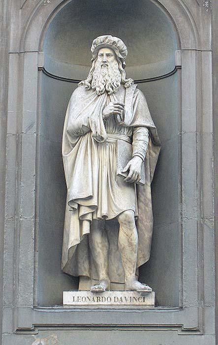 Estatua de Leonardo da Vinci ubicada en el exterior de la Galería Uffizi, Florencia, esculpida por Luigi Pampaloni. (Public Domain)