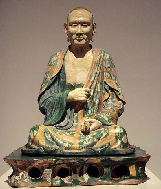 Estatua de un Luohan datada en la dinastía Liao, en torno al año 1000. (PHGCOM/CC BY SA 3.0)