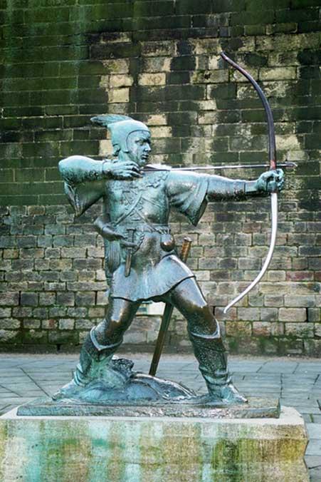 Estatua de Robin Hood en un castillo del condado inglés de Nottinghamshire, donde el legendario bandido operaba fuera de la ley desde el bosque de Sherwood. (Wikimedia Commons photo/Olaf1541)