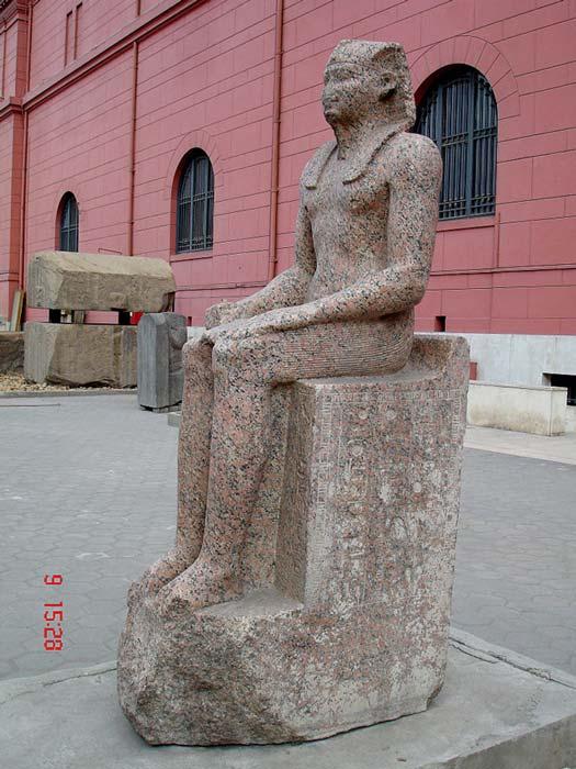 Esta estatua de Sehetepibra (Amenemhat I) se alza en el Museo Egipcio de El Cairo. Amenemhat no era de linaje real, por lo que reformó el estilo piramidal de los monumentos para consolidar su posición como faraón. (Fotografía: Juan R. Lázaro / CC-BY-2.0)