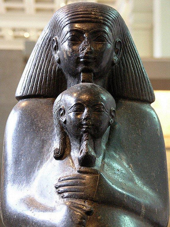 Senenmut abraza a Neferure en una de las estatuas en las que aparecen juntos. Museo Británico. (Lenka P/Flickr)