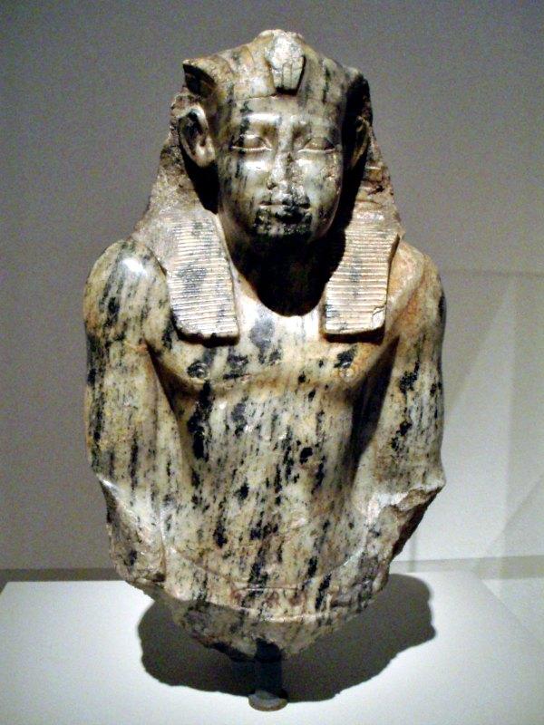 Fragmento de una estatua arrodillada del faraón Sesostris I de la XII dinastía, Altes Museum, Berlín. (Public Domain)