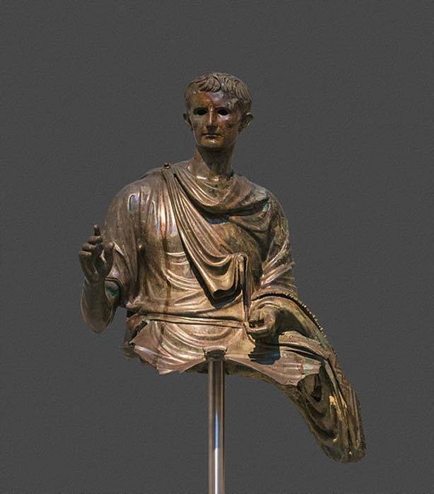 Estatua del emperador Augusto (29 a. C. – 14 d. C.). Bronce. Descubierta en el mar Egeo entre las islas de Eubea y Agios Efstratios. El emperador aparece representado en su edad madura, montado a caballo. (CCO)