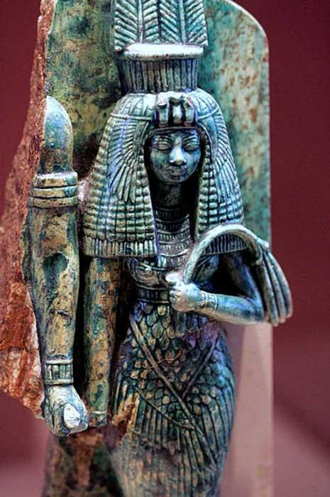 Estatua fragmentada de la reina Tiy. Los arqueólogos creen que a la derecha de la reina aparecía la figura de su esposo, el faraón Amenhotep III. (CC BY-SA 2.0 FR)