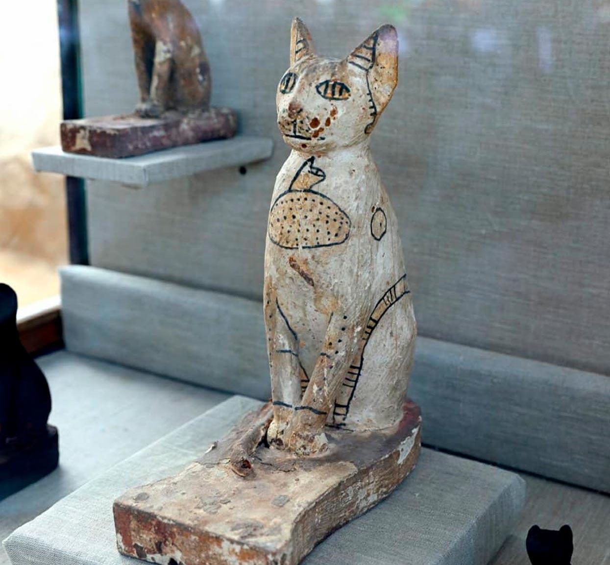 Una de las estatuas de gatos talladas en madera descubiertas en el antiguo complejo de tumbas de Saqqara. Crédito: Ministerio de Antigüedades de Egipto