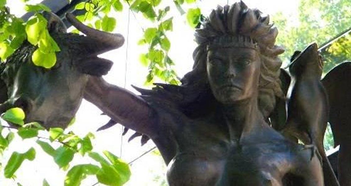 Estatua de la reina Medb mostrando la cabeza de un toro, Beresford Place, Dublín, obra del escultor Patrick O'Reilly.