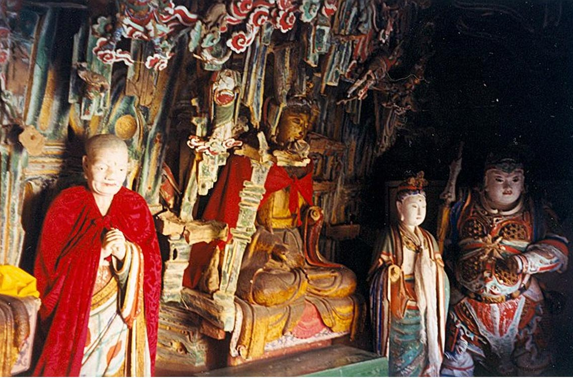 Las estatuas del monasterio colgante son reflejo de las diferentes tradiciones religiosas (Wikimedia Commons)