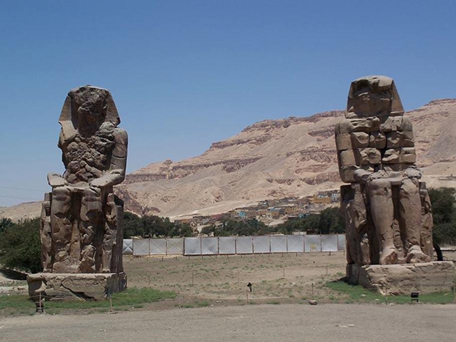 Los Colosos de Memnón, estatuas sedentes del faraón Amenhotep III localizadas en Luxor, Egipto. (Than217/ CC BY 3.0)