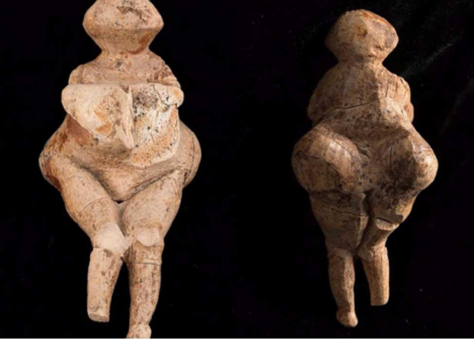 Esta excepcionalmente singular 'Venus' fue tallada de un colmillo de mamut, y representa a una mujer gruesa, tal vez embarazada, con grandes vientre y busto. Fotografías: Instituto de Arqueología y Etnografía de Rusia