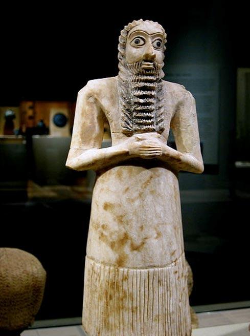 Hombre orante de pie, escultura votiva de Tell Asmar, 2750 a. C. – 2600 a. C. (CC BY 2.0)