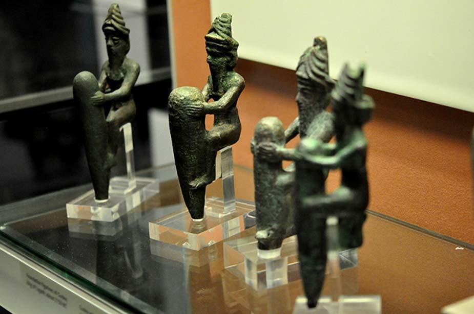Cuatro estatuillas de aleación de cobre datadas en torno al 2130 a. C. Representan a cuatro antiguos dioses mesopotámicos, con sus características coronas de cuernos. (Osama Shukir Muhammed Amin/CC BY-SA 3.0)