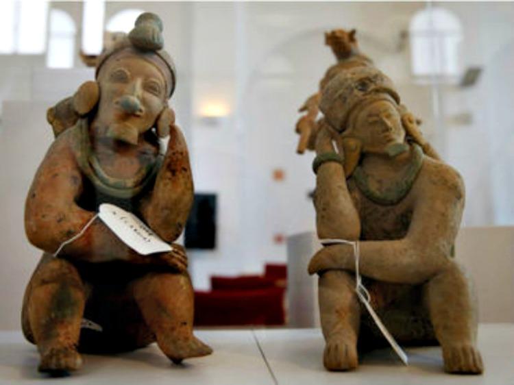 Dos de las piezas precolombinas incautadas y devueltas al estado ecuatoriano. (EFE/informador.com/S. Barrenechea)