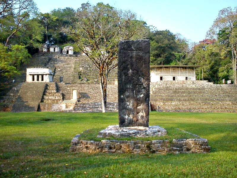 Estela maya frente al edificio 17 de la Gran Plaza de Bonampak. (Ihiroalfonso/CC BY-SA 3.0)