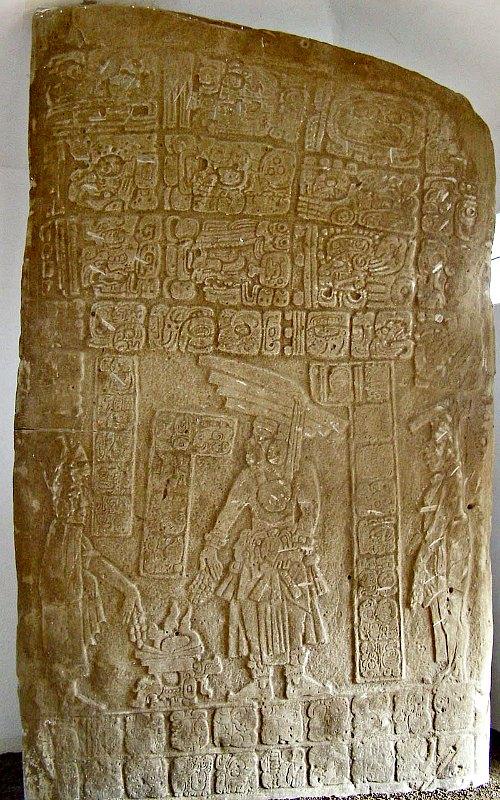 Estela hallada en el asentamiento maya de Nim Li Punit, situado en lo que hoy es Belice. En ella podemos observar a un rey maya luciendo su aparatoso tocado. (Anlace/CC BY-SA 2.5)