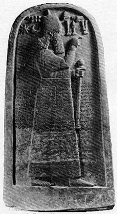 Otra estela, ésta sí entera, en la que también aparece el rey Adad-Nirari III (Imagen: Wikipedia)