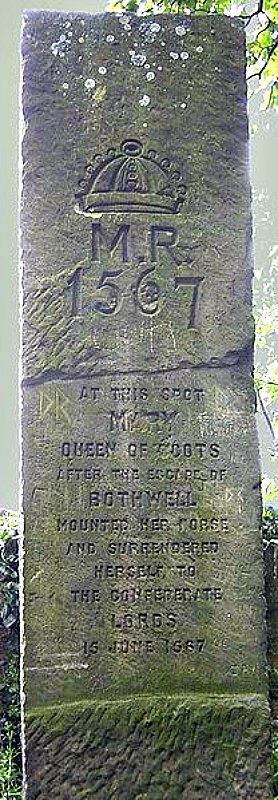 Estela conmemorativa erigida en Carberry (East Lothian) en el lugar en el que María I de Escocia se rindió a los lores en 1567. (Public Domain)