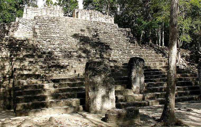 Estelas mayas al pie de una de las muchas estructuras de Calakmul. (ant_mela/CC BY-SA 2.0)