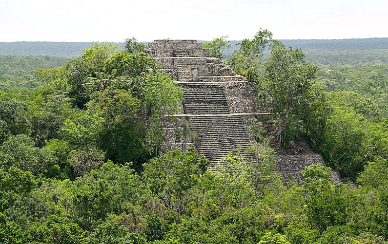 Estructura I de Calakmul, El Petén (México). (PhilippN/GNU Free)