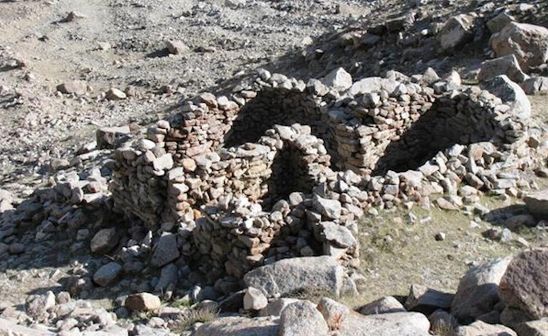 Esta construcción, realizada enteramente en piedra, y otras 16 similares se cree que son el lugar en el que el antiguo pueblo Zhang Zhung conmemoraba el descenso a la Tierra de su dios supremo, Gekhoe. (Fotografía: John Vincent Bellezza)
