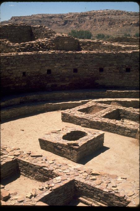 """Las estructuras del Cañón del Chaco fueron construidas con madera procedente fundamentalmente de dos valles, situados ambos a una distancia de unas 46 millas (75 kilómetros) del centro de la ciudad de las """"Grandes Casas"""", que servía de nudo de comunicaciónes comercial, político y religioso. (Fotografía: Servicio de Parques Nacionales de los Estados Unidos/Wikimedia Commons)"""