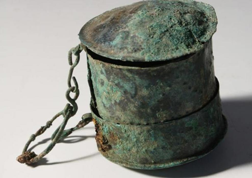 Estuche de bronce hallado en la tumba de una mujer enterrada en el recientemente descubierto cementerio anglosajón de Tidworth. (Wessex Archaeology)