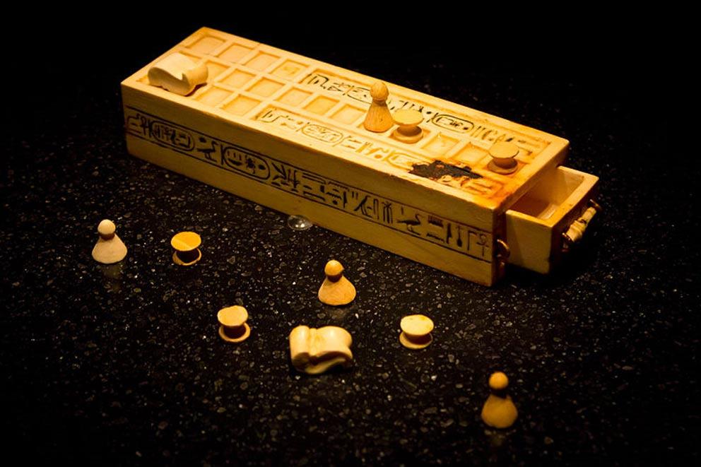 Estuche y piezas para jugar al Senet descubiertos en el interior de la tumba del faraón Tutankamón. (CC BY-SA 2.0)