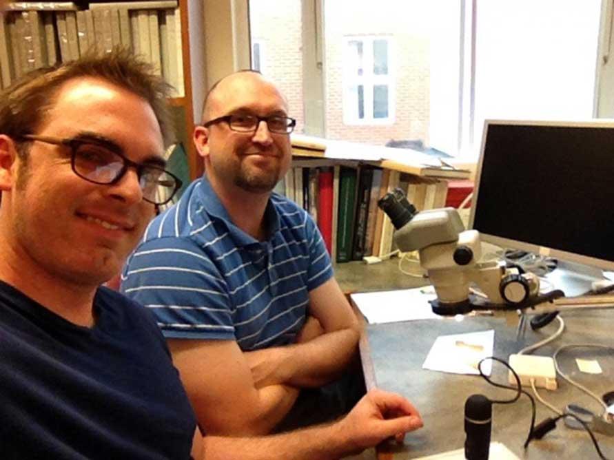 Geoffrey Smith (izquierda) y Brent Landau (centro) observan con más detenimiento el fragmento en griego identificado como el Primer Apocalipsis de Santiago. (Imagen: Geoffrey Smith, Universidad de Texas en Austin)