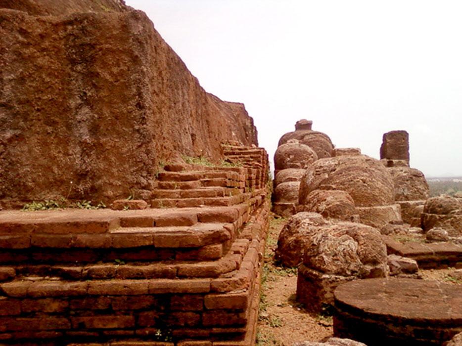 Estupas talladas en la roca en Bojjannakonda (CC BY 3.0)