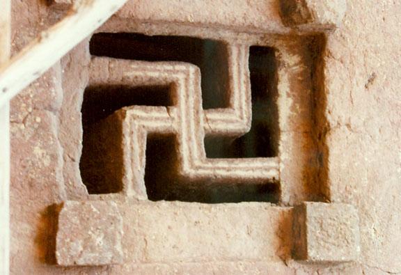 Esvástica de una de las iglesias de Lalibela, Etiopía (Public Domain)