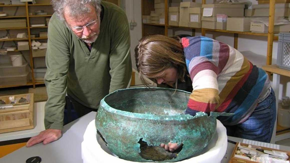 El paleobotánico Manfred Rösch y la restauradora Tanja Kreß examinan el antiguo caldero en Tubinga, Alemania. (Bettina Arnold)