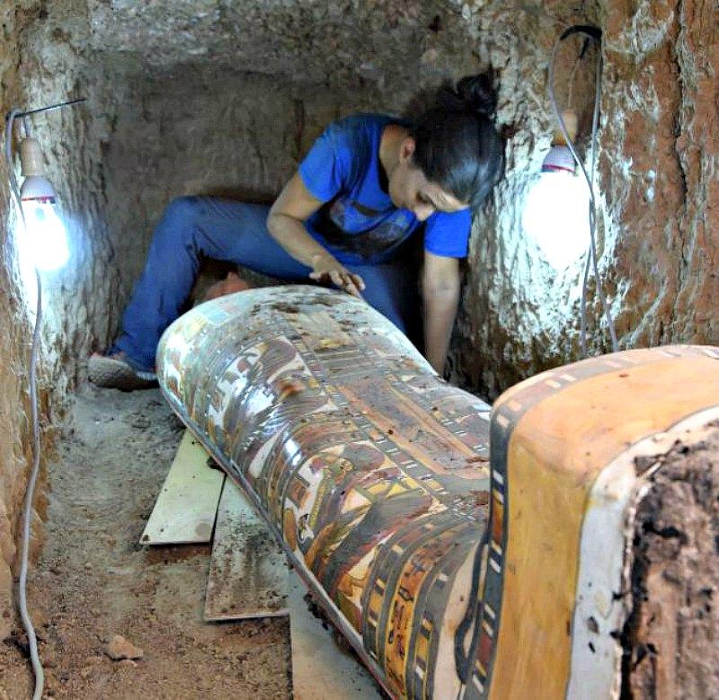 Una de las arqueólogas de la expedición española trabajando con el cartonaje de la momia recién descubierta. (Fotografía: El Mundo/Thutmose III Temple Project)