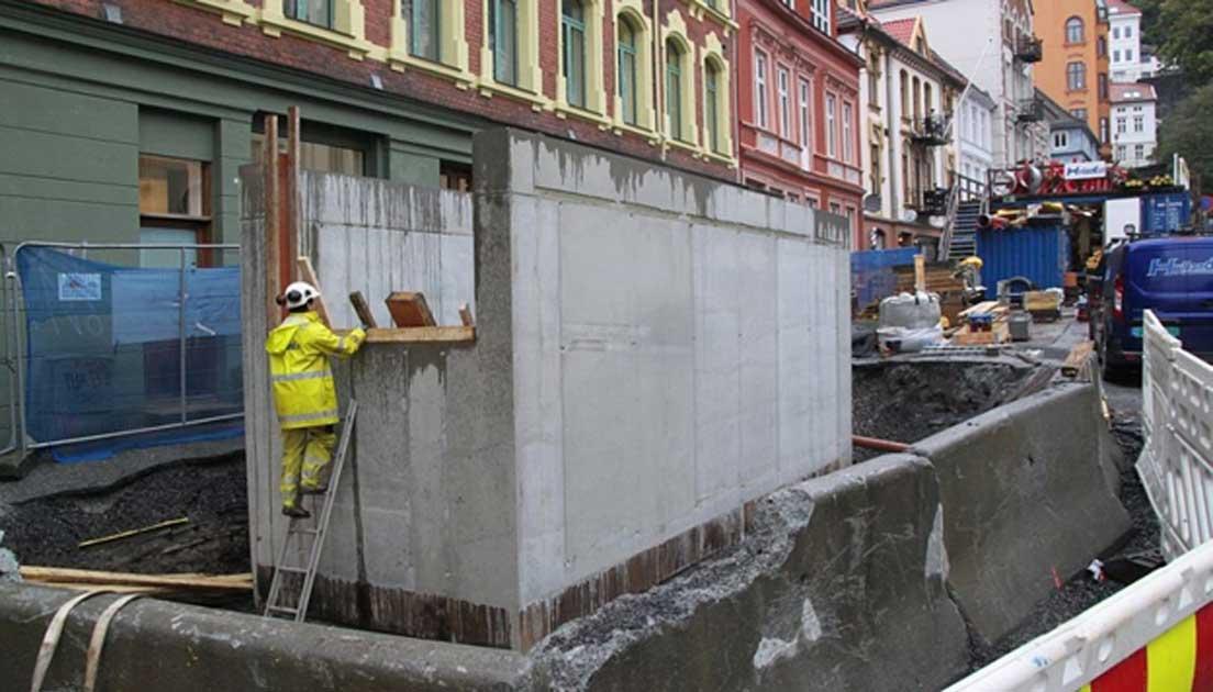 Las excavaciones. El dado fue descubierto durante una excavación realizada en el interior de esta estructura de hormigón de Øvre Korskirkeallmenning, en la ciudad de Bergen. (NIKU)