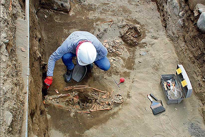 Excavación de los restos de uno de los niños sacrificados. (La República)