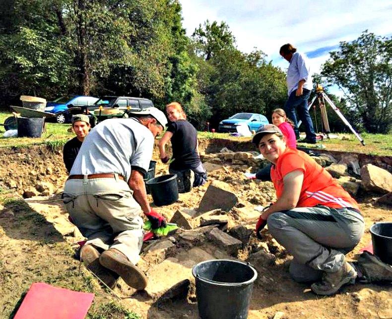 Algunos de los voluntarios que han recuperado los casi 300 objetos durante la segunda campaña de excavaciones en el yacimiento visigodo de Argandenes. (Fotografía: La Nueva España)